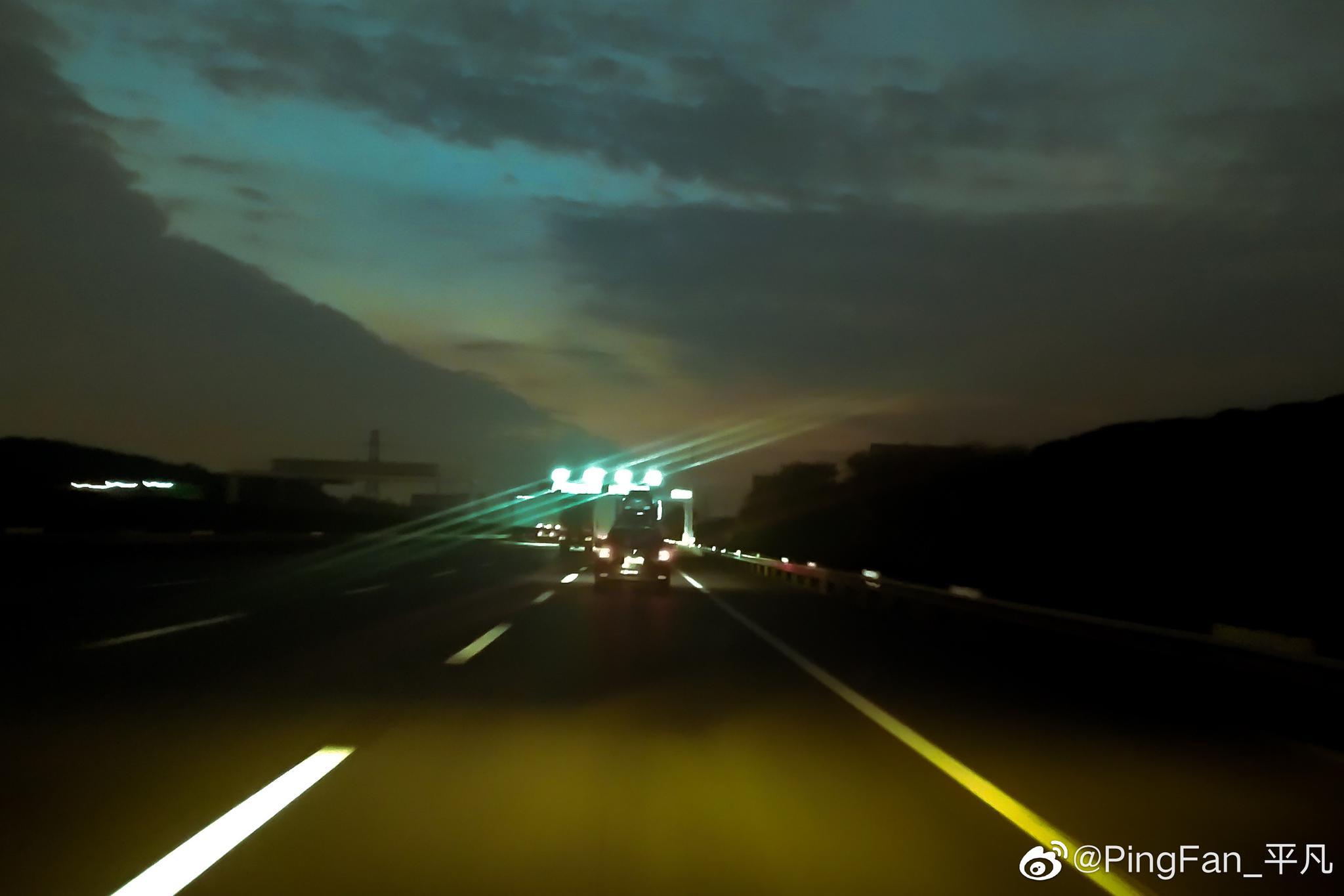 夜幕下,高速上的风景