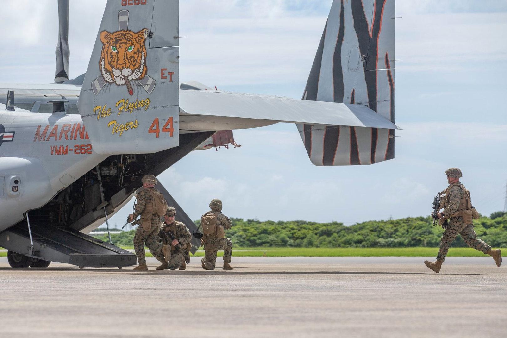 31st MEU的陆战队员和陆战队VMM-262中队的虎头鱼鹰联动训练