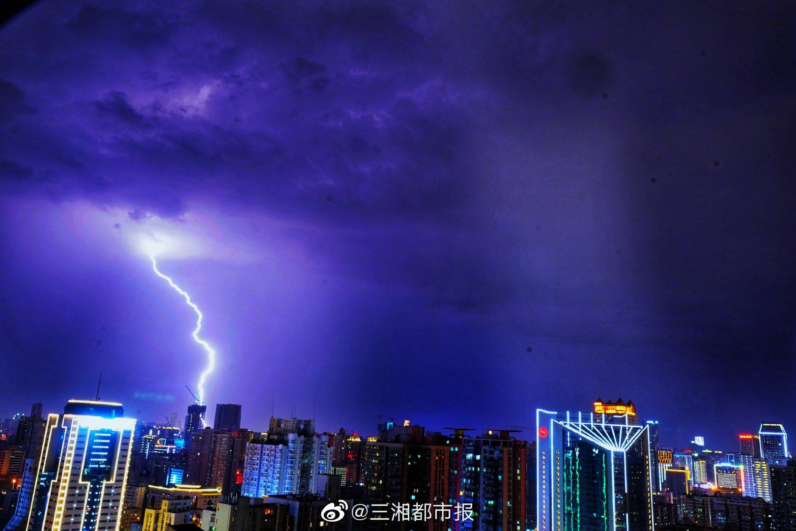 8月9日晚, 出现雷暴天气,记者在开福区芙蓉中路抓拍到闪电的瞬间