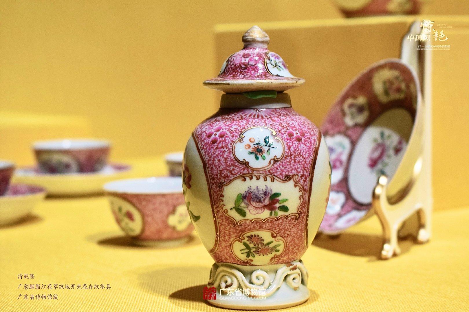 这套十分别致的胭脂红色茶具由茶壶、茶叶罐、奶壶、茶杯及托碟组成