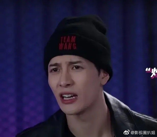 """王嘉尔意外""""撞脸""""网红Papi酱,说话的样子都一模一样"""