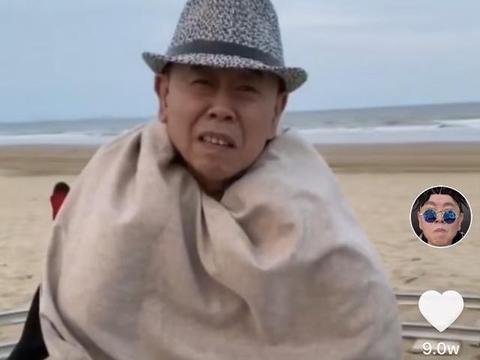 63岁潘长江坐轮椅带伤工作太敬业,大夏天拍戏却在身上围两条毯子