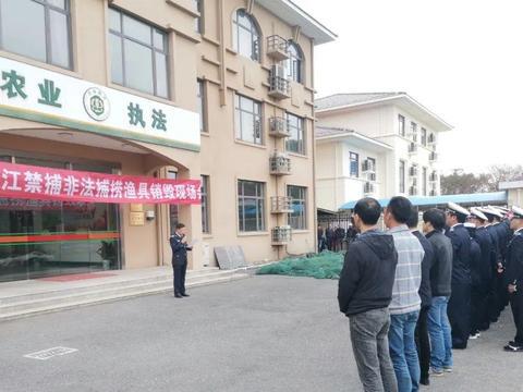 崇明集中销毁近千件长江非法捕捞违规渔网具