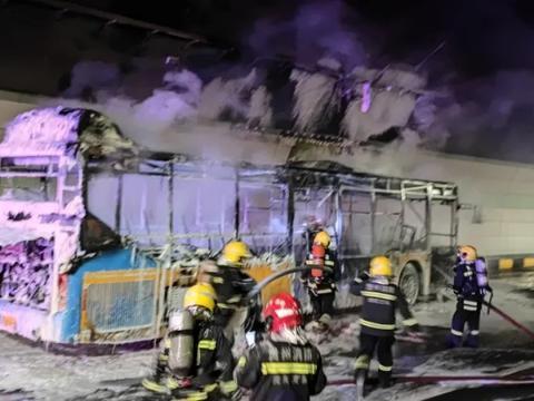 贵阳黔灵山路隧道一公交车燃烧!车未载人,无人员受伤