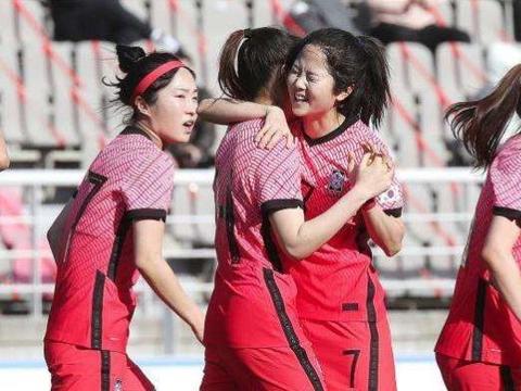 被中国女足淘汰后,韩媒炮轰:中国球迷不守规矩,近万人不戴口罩