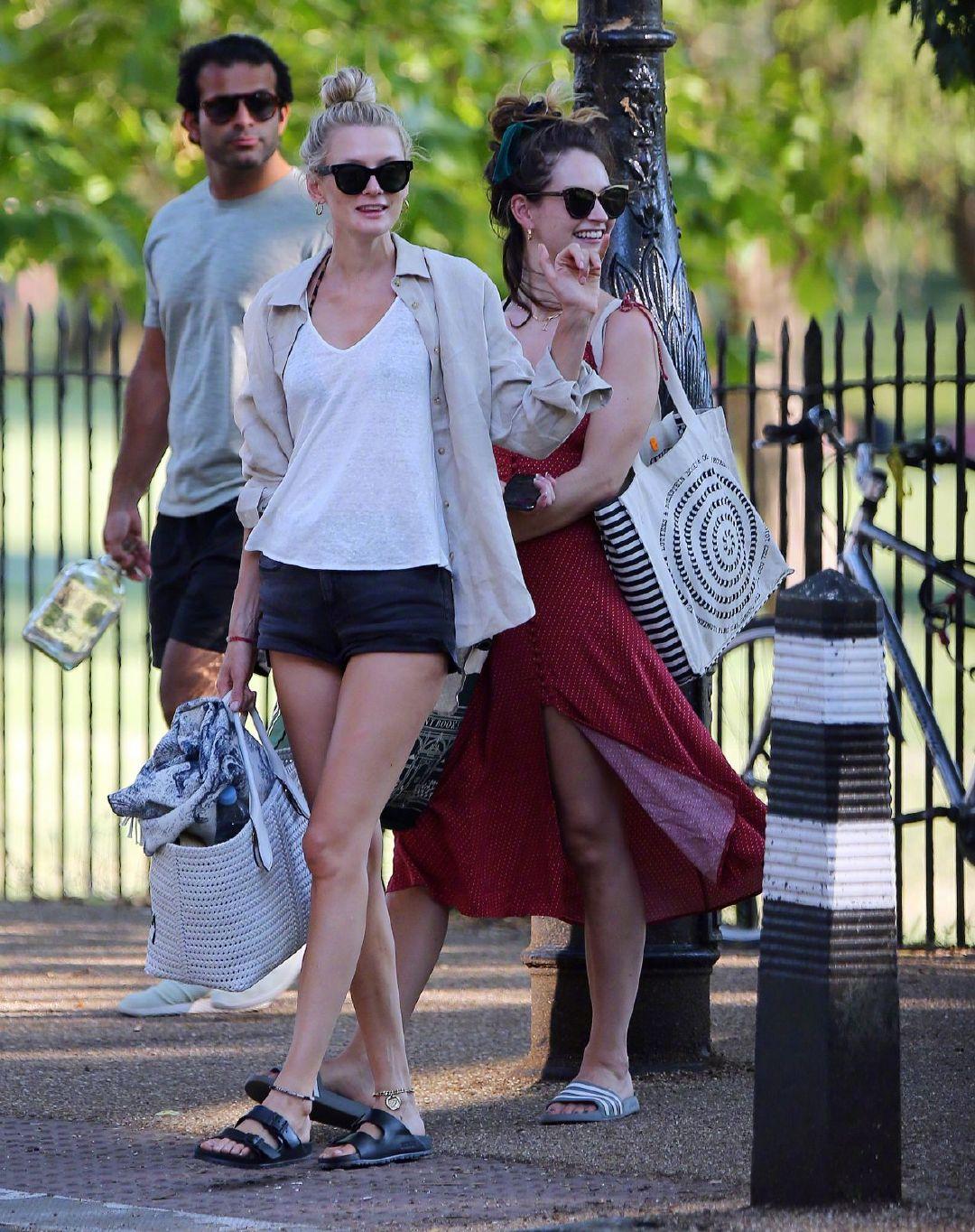 莉莉·詹姆斯Lily James 和朋友在伦敦现身公园晒日光浴。