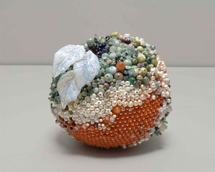 艺术家 Kathleen Ryan 用孔雀石、蛋白石和烟晶等宝石材料制作的发霉