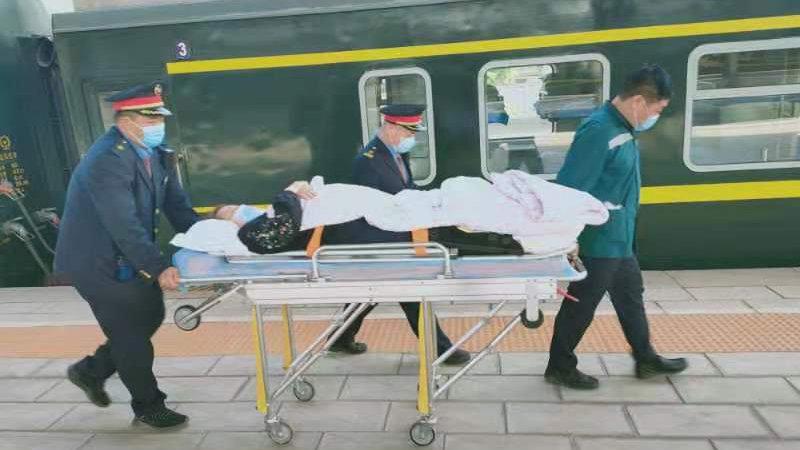 外地意外受伤不能行走 北站工作人员热心帮忙出站