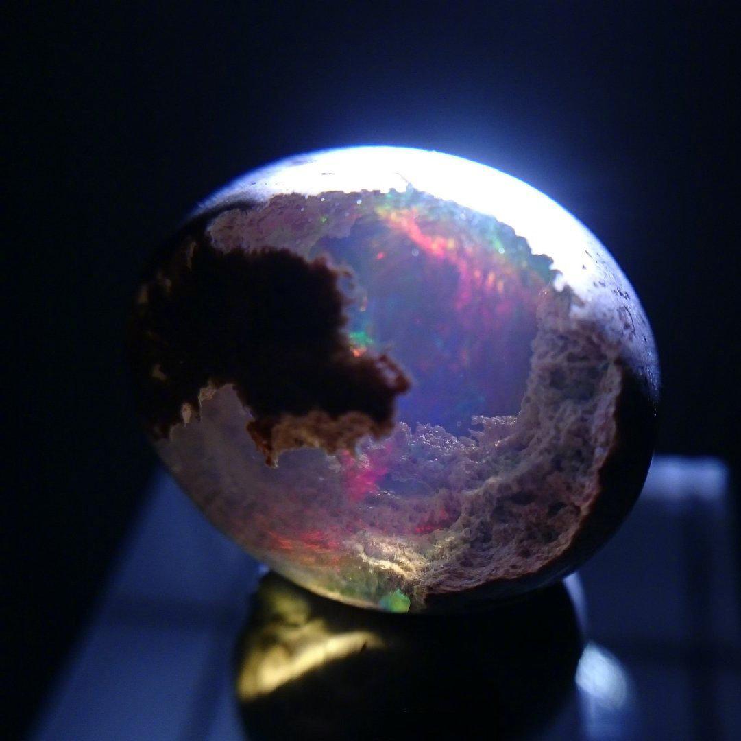 有这样的蛋白石做装饰,好像是把宇宙搬回了家