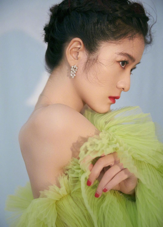 张雪迎身着青苹果绿纱裙,红浆果色唇妆,恰好的钻饰搭配