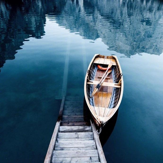 位于意大利的阿尔卑斯山区,这只能在明信片里看到的景色