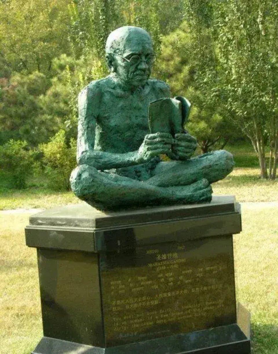 """甘地被泰戈尔称为印度的""""圣雄"""""""