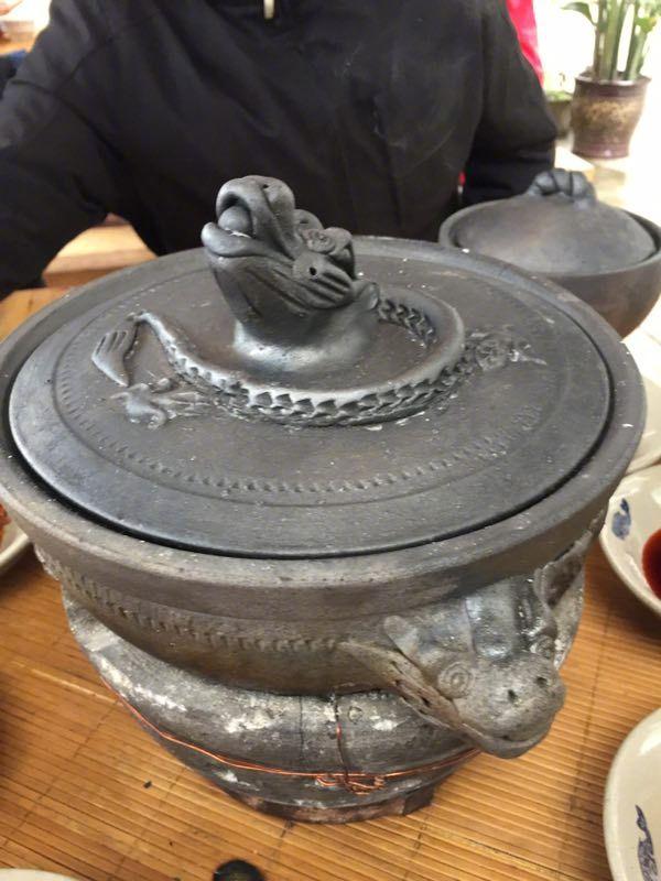 县城旁边的一家早餐,装在砂锅里的豆花~调料很丰富