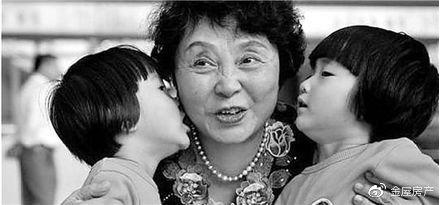 60岁生一对双胞胎女儿的盛女士,十年过去,现状如何?