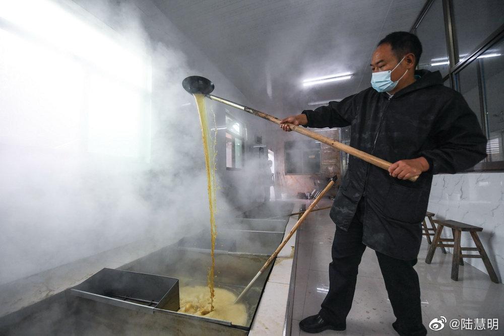 进入10月下旬,浙江省义乌市的乡村处处飘散着熬制红糖的香甜味道