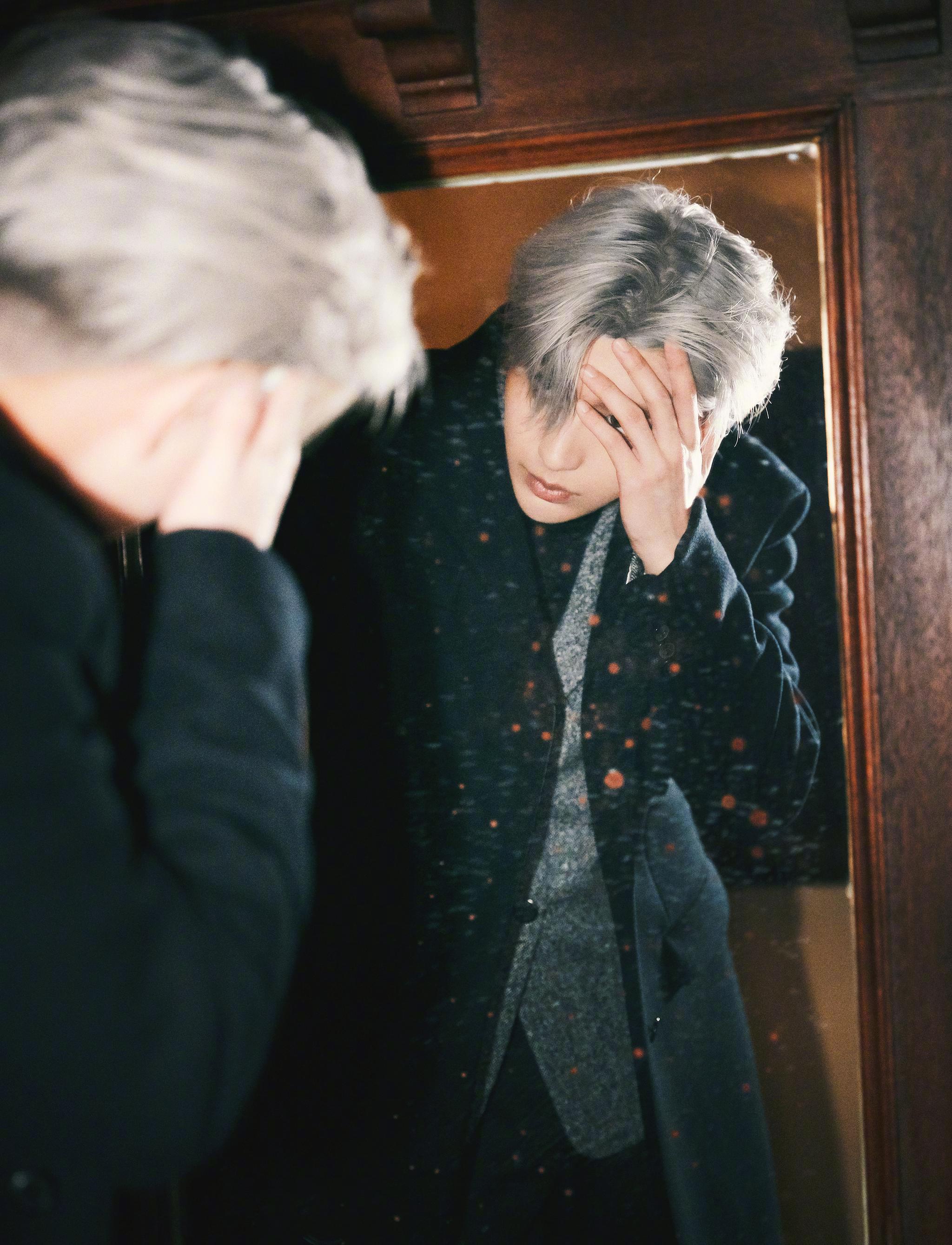 @蔡徐坤 今日活动造型,黑大衣银发丝,雨夜中更显魅力~