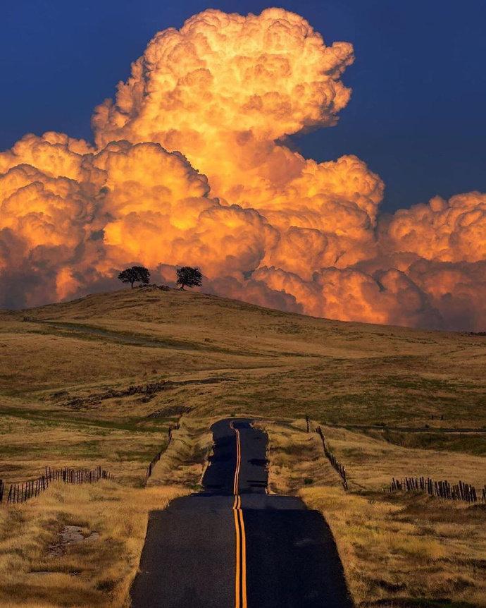 """我把这个场景叫做""""地狱"""",但附近没有火!是高耸的雷雨云形成的"""