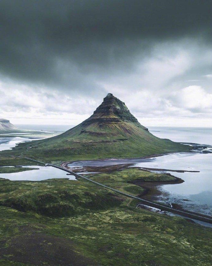 冰岛:冰岛不冰时,溪流勇进,绿绒攀了房屋。
