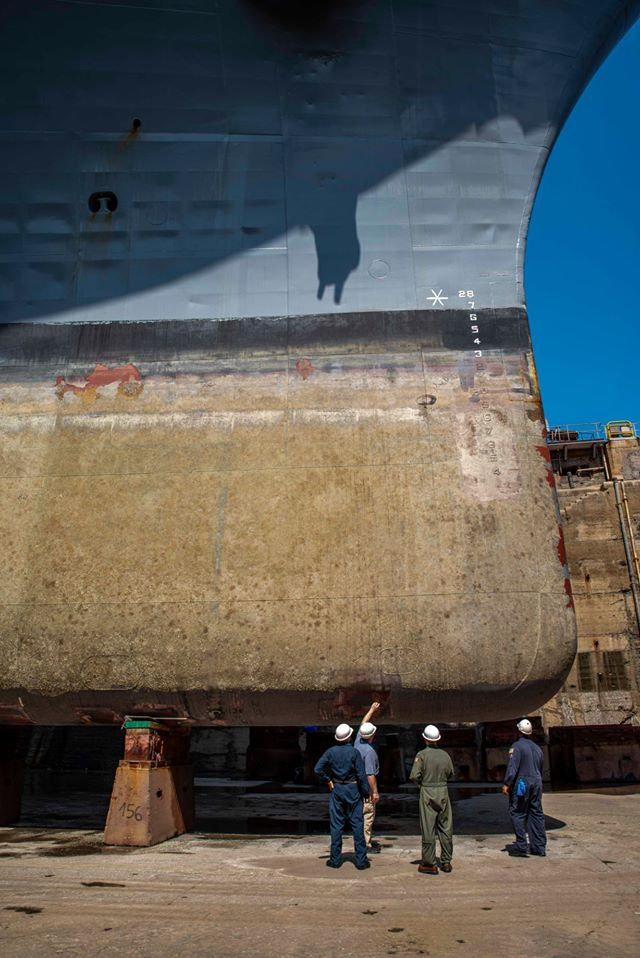 干船坞中的惠特尼山号USS Mount Whitney (LCC 20)