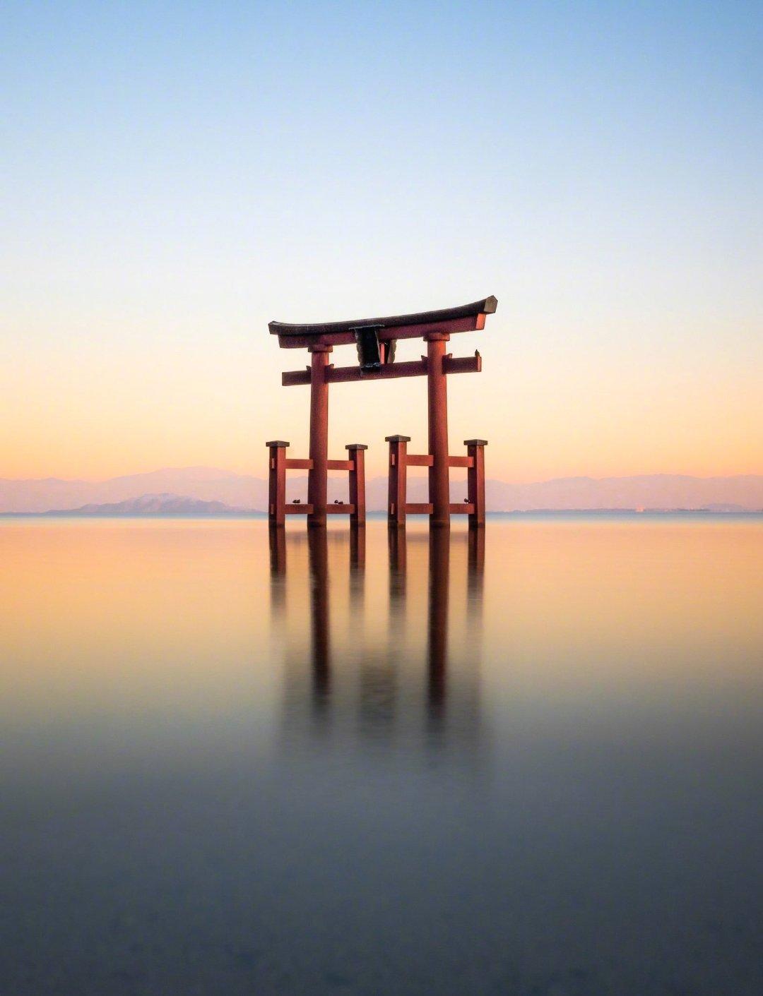 转走这个岛国摄影师HIsa拍摄的位于琵琶湖上神秘十足的白髭神社