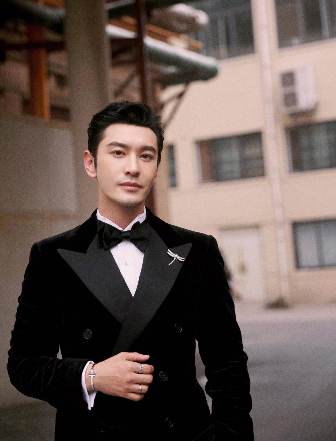 @黄晓明 参加百花奖颁奖礼造型,黑色丝绒西服利落大方