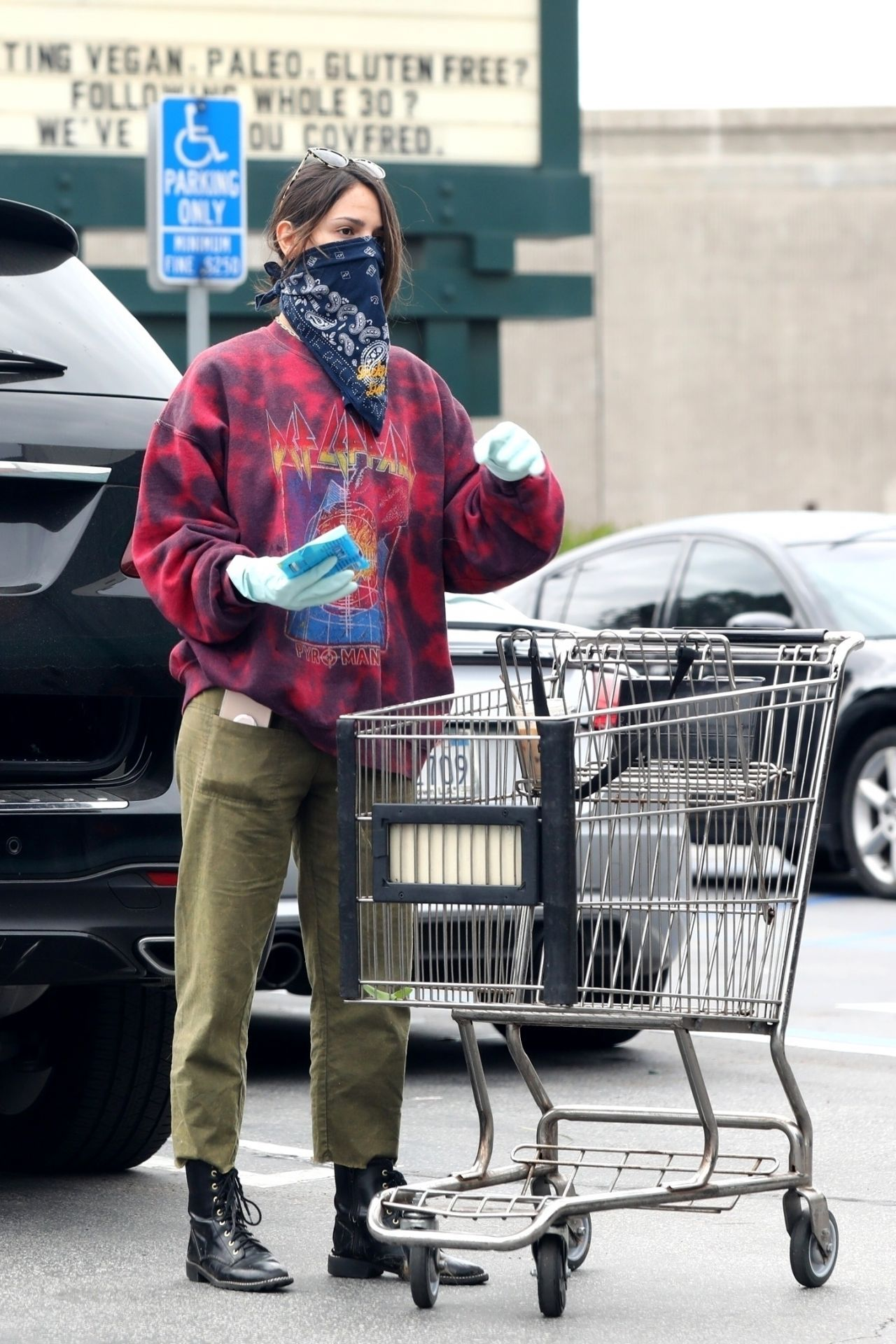 埃扎·冈萨雷斯(Eiza González)用头巾遮脸-在洛杉矶的杂货店购物04/06