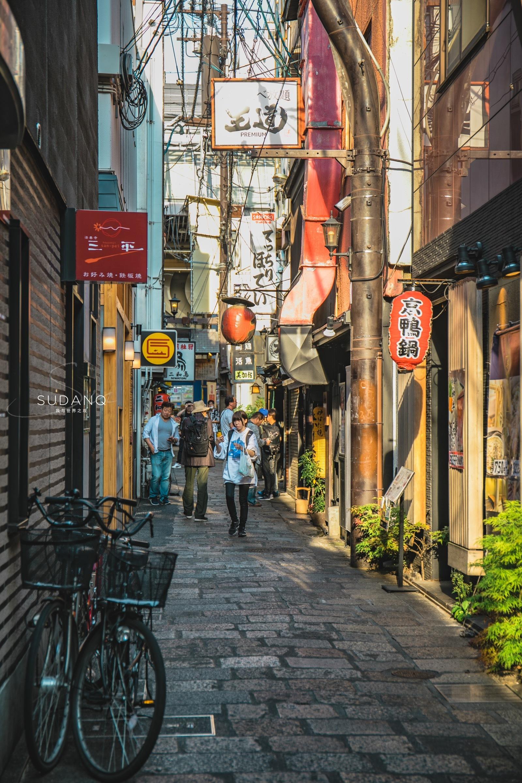 去日本旅行的时候,最喜欢做的一件事就是一个人背着相机