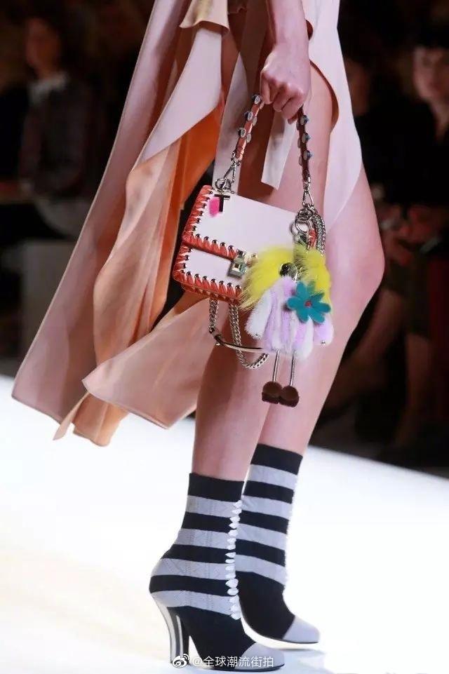 Fendi在2020春夏秀场的调色盘包包采用了大量缝行和刺绣元素的设计