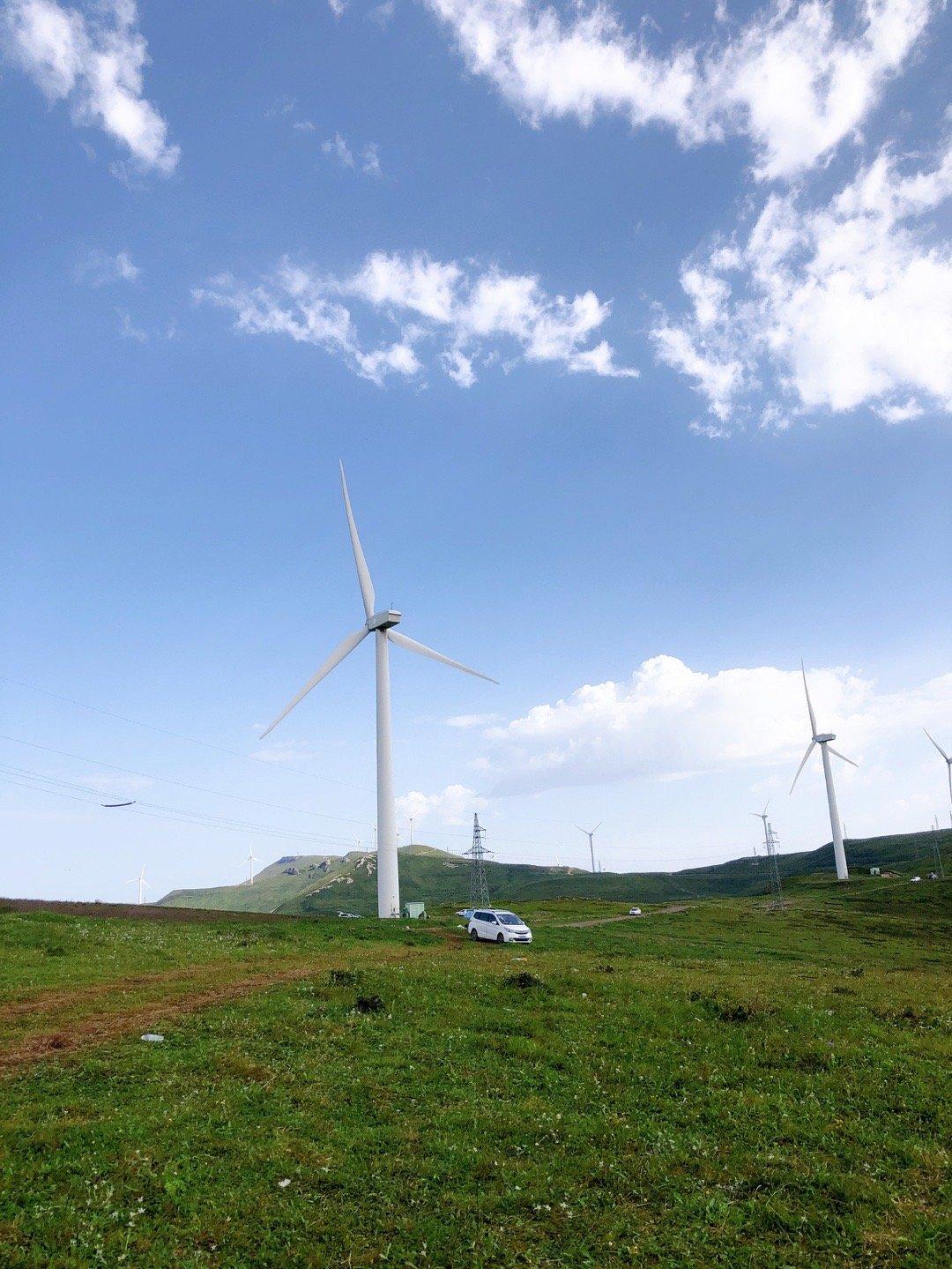 晴天时麻田岭上的大风车。