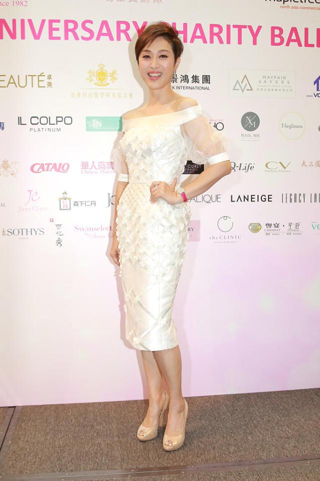 陈法蓉真有贵妇范,超短发搭配白色连衣裙漂亮大气,高贵又优雅