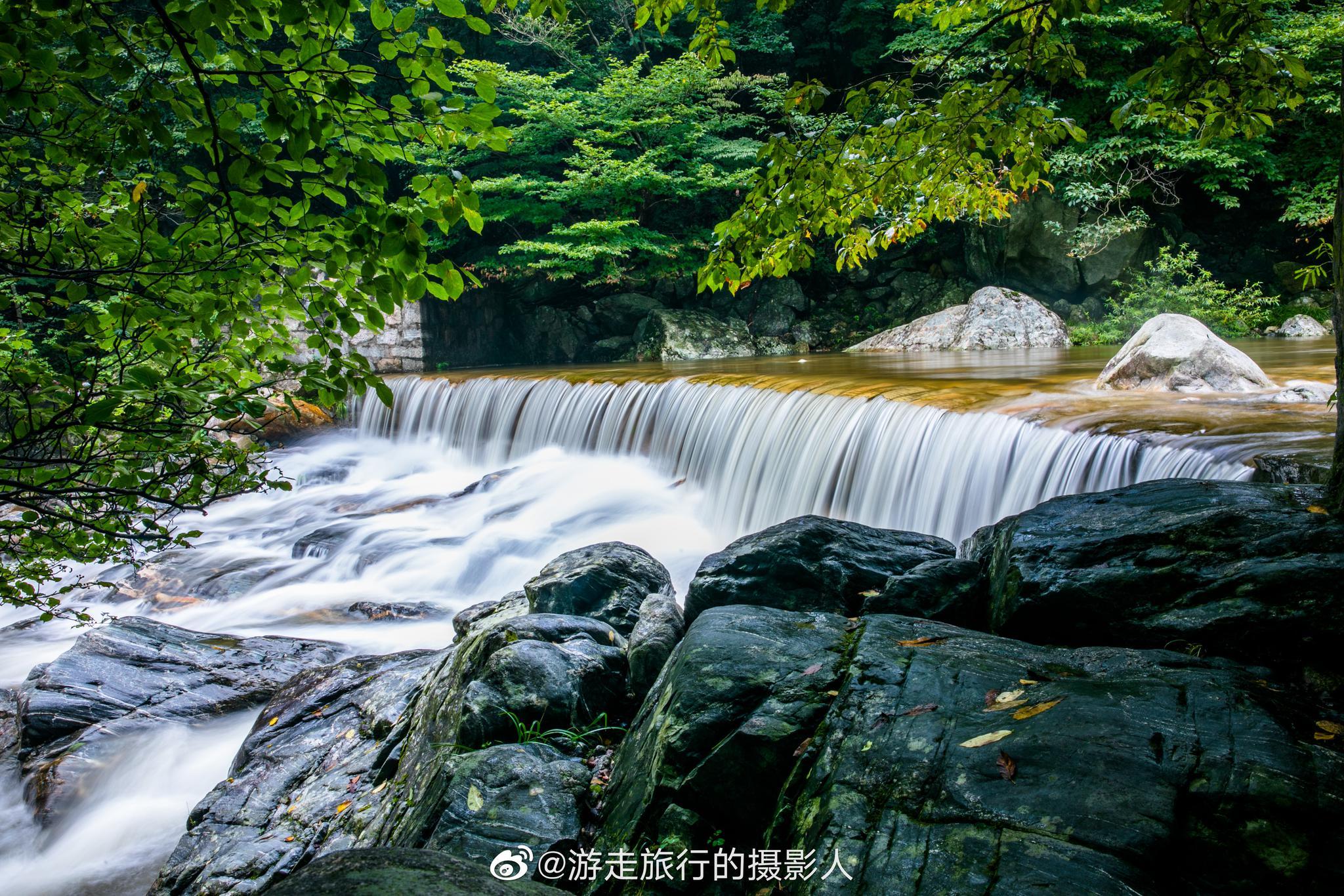 安徽六安天堂寨内的白马大峡谷景区,全长约6公里,峡谷因碧水龙潭