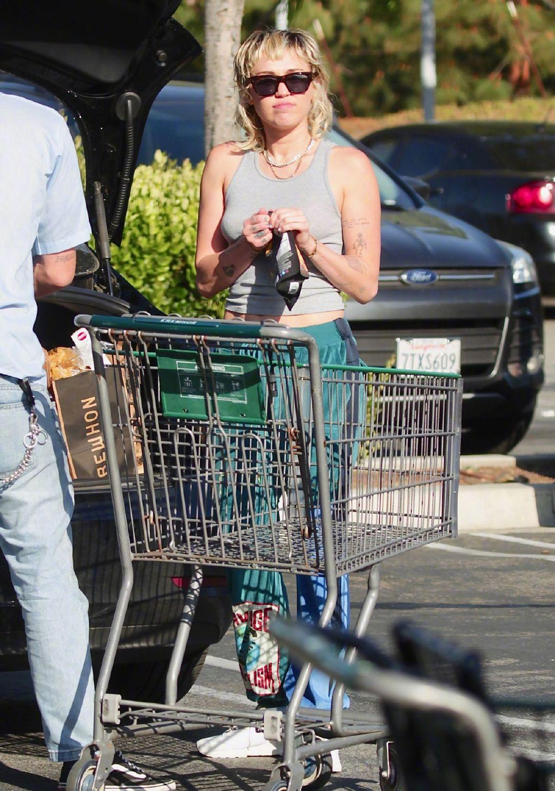 麦莉Miley Cyrus在洛杉矶外出购物囤货被拍