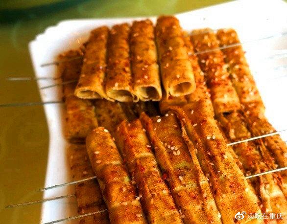 豆皮包裹着韭菜,经大火烤制,撒上海椒孜然