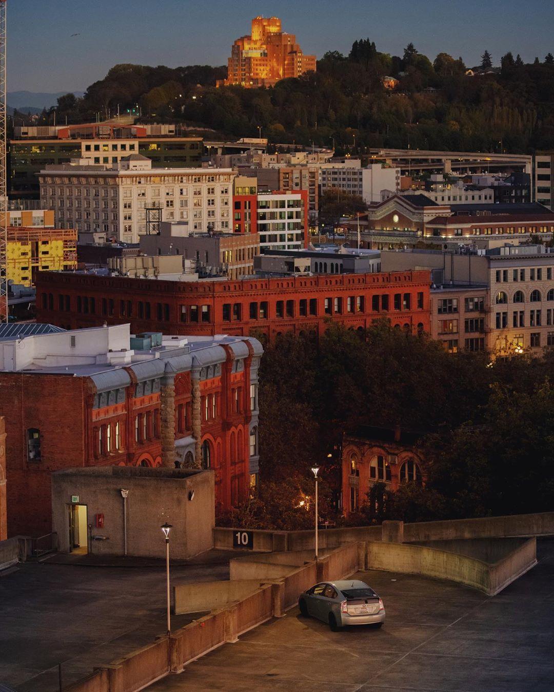 夜幕降临时,西雅图城市一角像被按下了静音键。Photo by Sam H.
