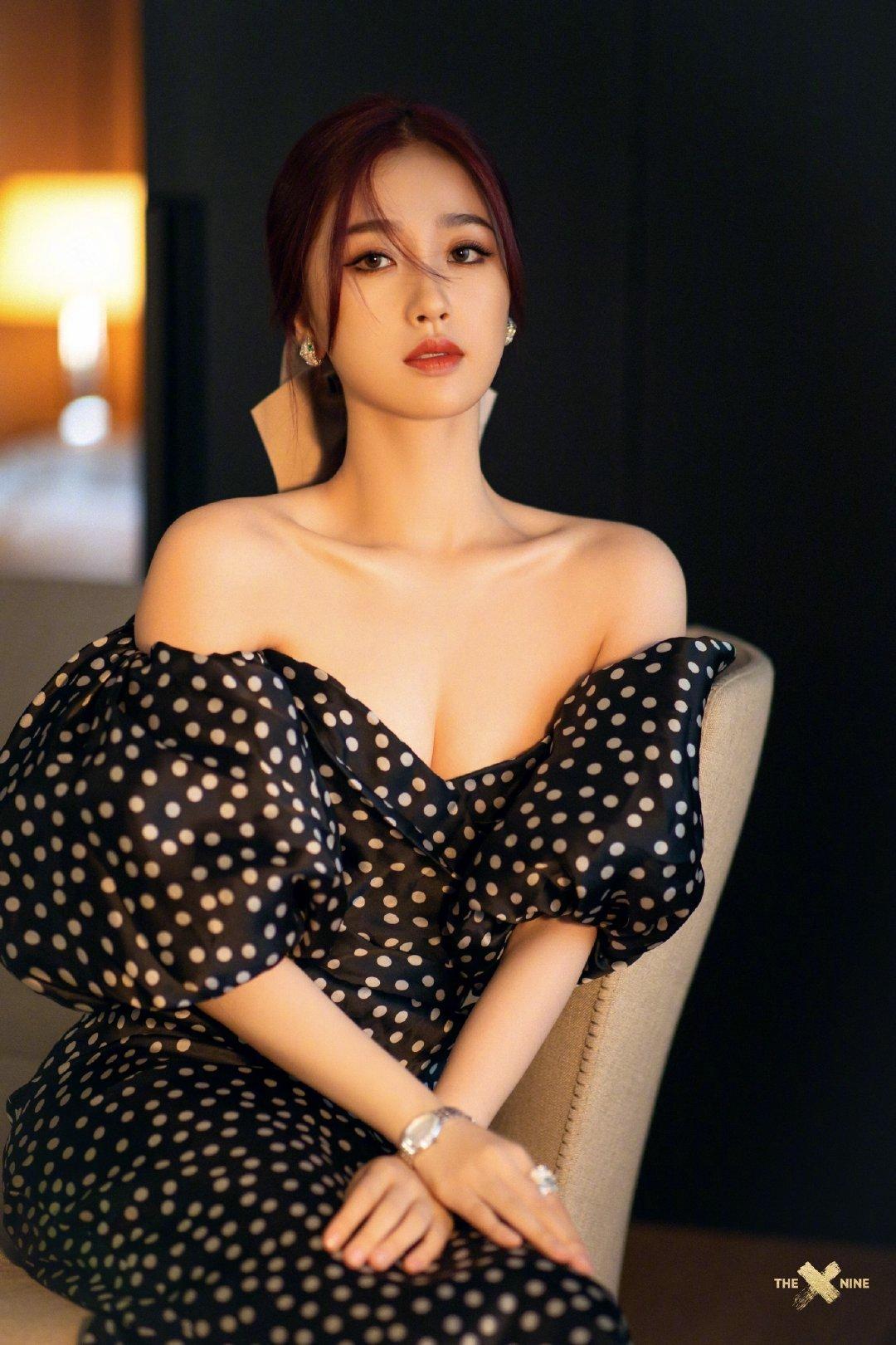 虞书欣身穿黑色波点长裙参加宝格丽活动,这套造型好好看,很适合她