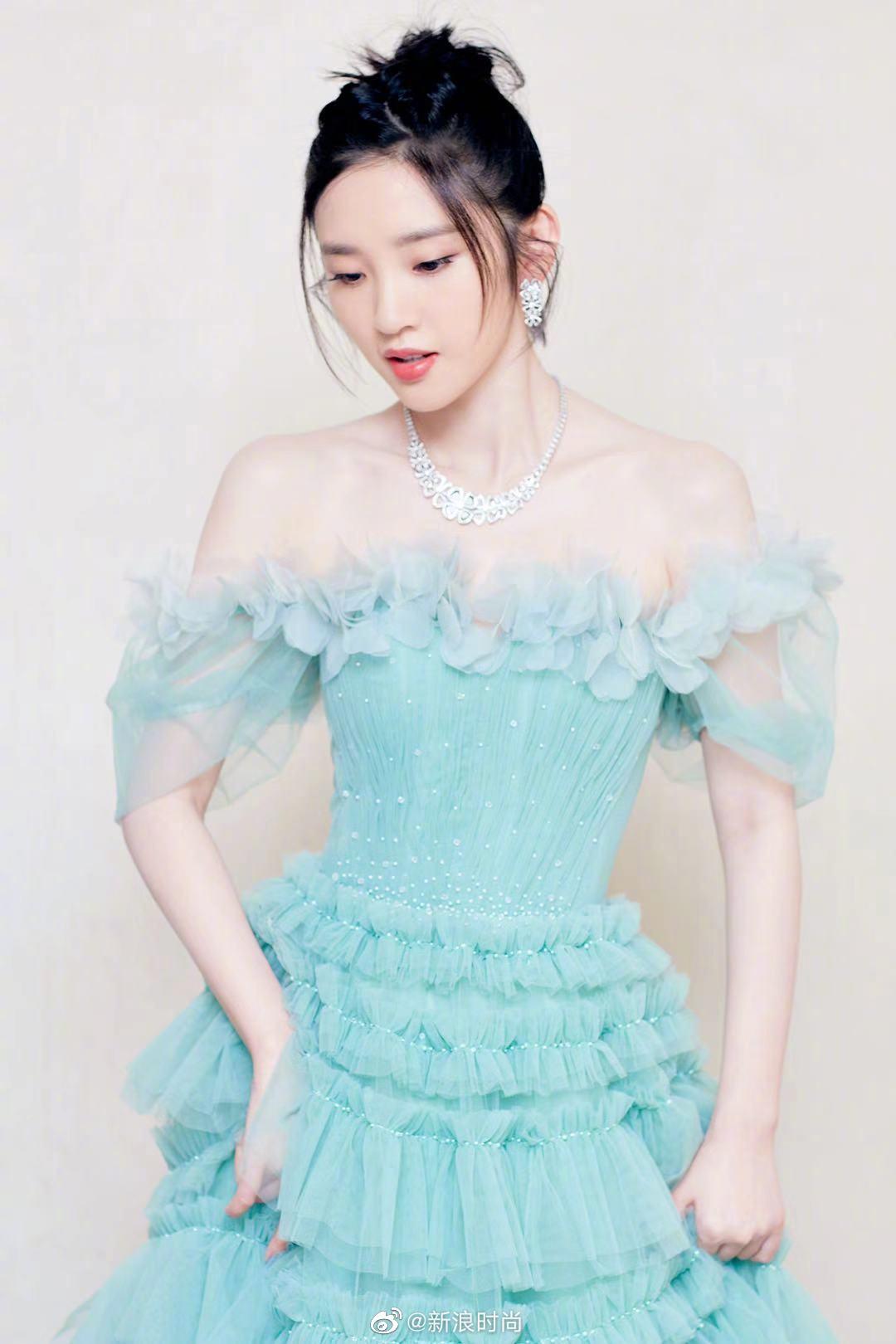 今日出席活动,一抹清新绿色长裙大方优雅,裙摆的设计蓬松飞舞