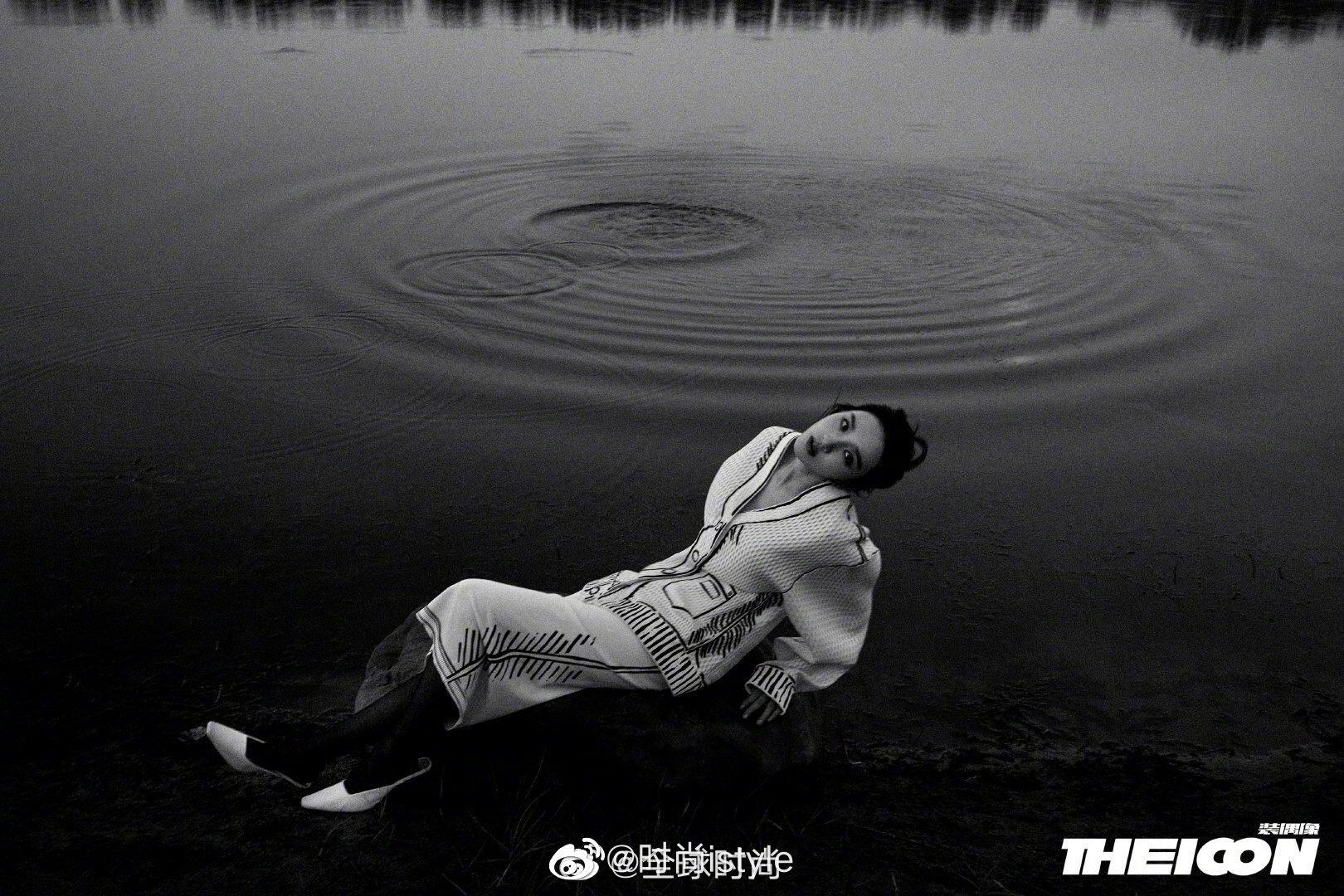 唐艺昕×《THEICON》产后复出首套时尚大片!湖畔湿发