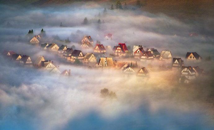 浓雾中的波兰皮耶尼内山脉,一座如梦如幻的天空之城。