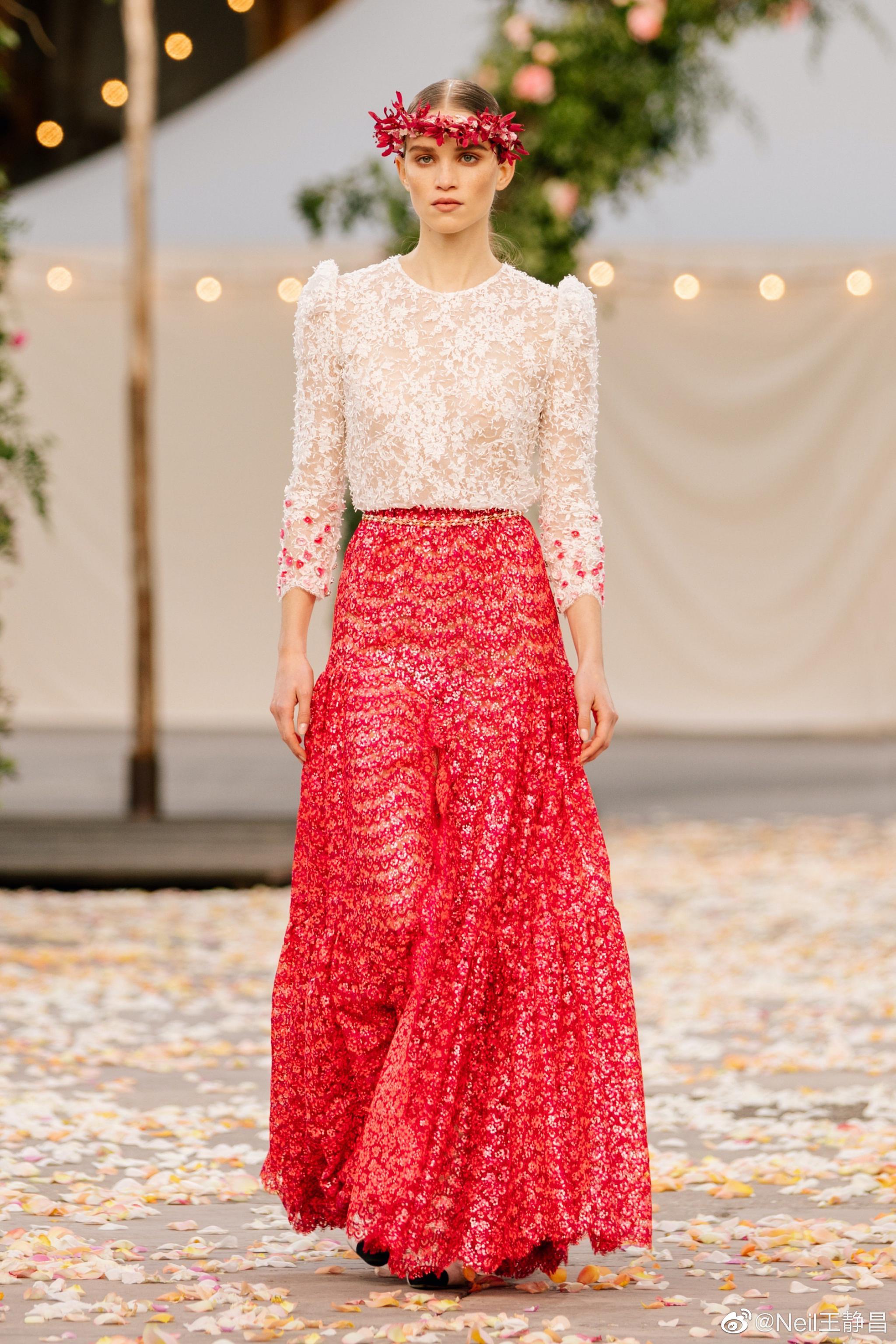 Chanel 2021春夏高级订制系列 经典的斜纹软呢套装永远不会缺席……