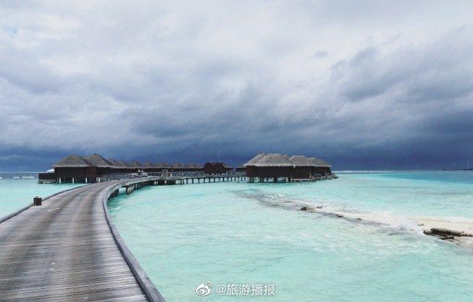 芙花芬岛位于马尔代夫马列北环礁,坐上快艇,穿过蔚蓝的印度洋