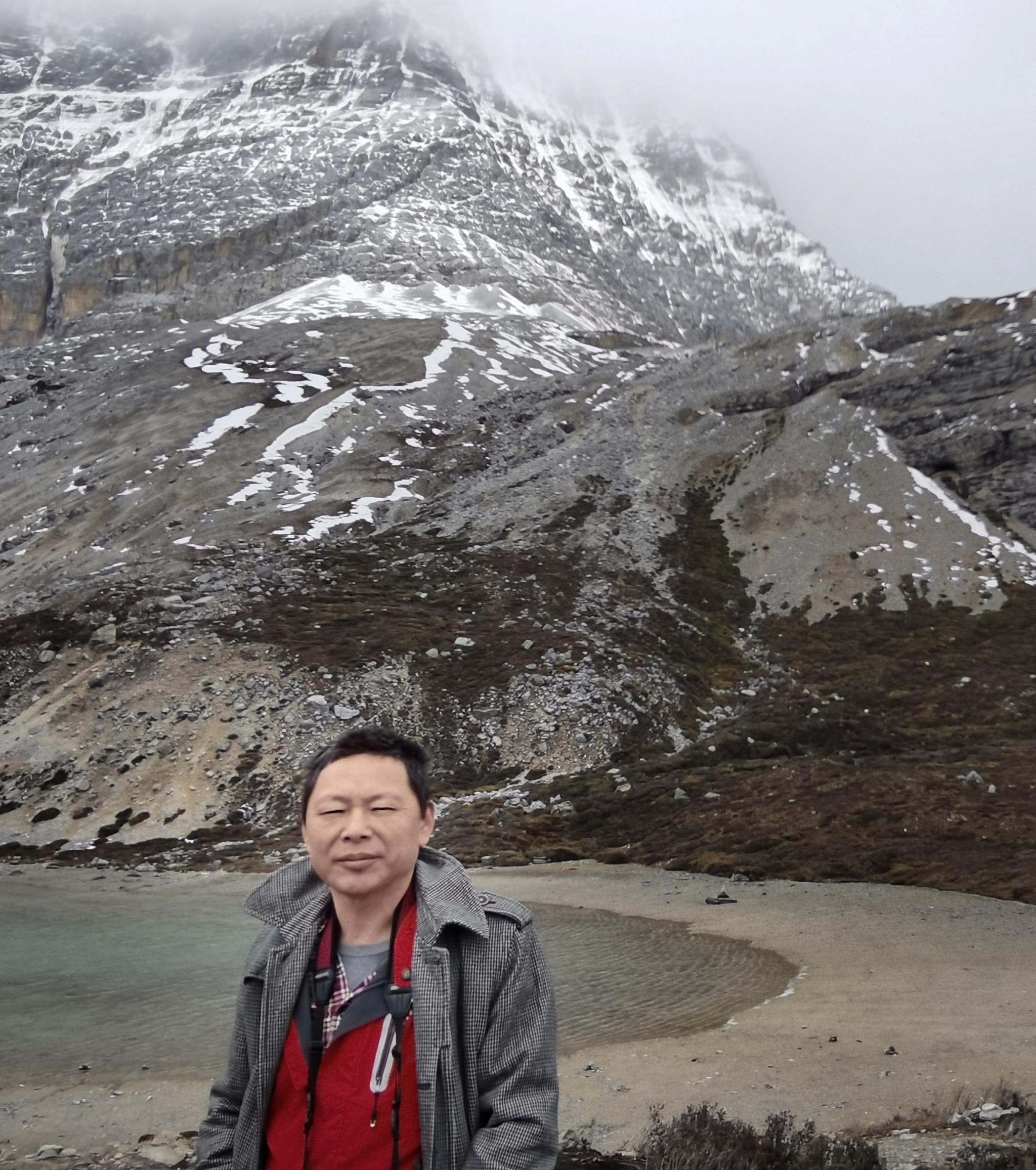 """""""牛奶海""""和""""五色湖""""均为雪山冰雪融化后的堰塞湖"""