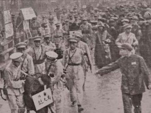 1950年,万人大会上正要处死一名土匪,却被解放军救下,这是为何