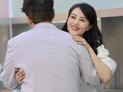 高圆圆和杜海涛现身活动互动,穿白色连衣裙尽显优雅,生图都这美