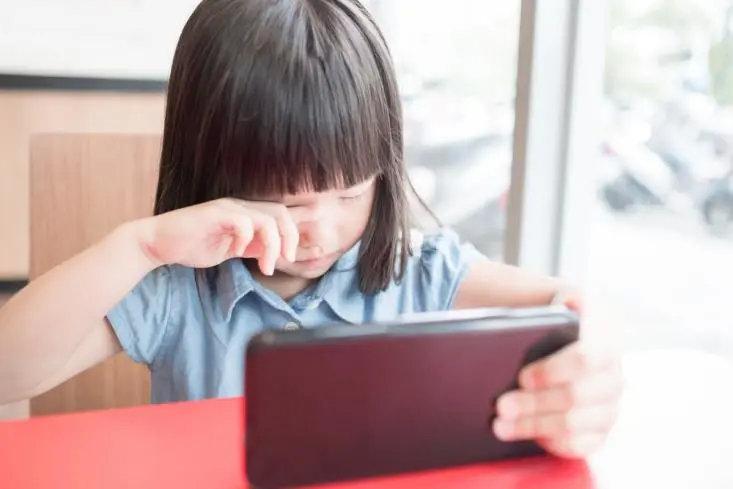孩子有这3个举动,视力可能出现问题!速查