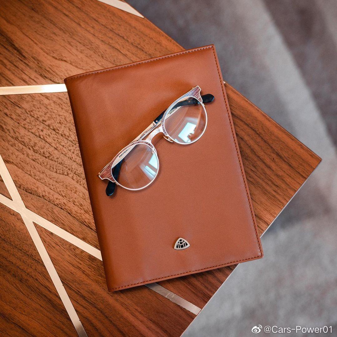 奔驰为全新迈巴赫S级配套的周边装备眼镜、真皮笔记本、公文旅行包、