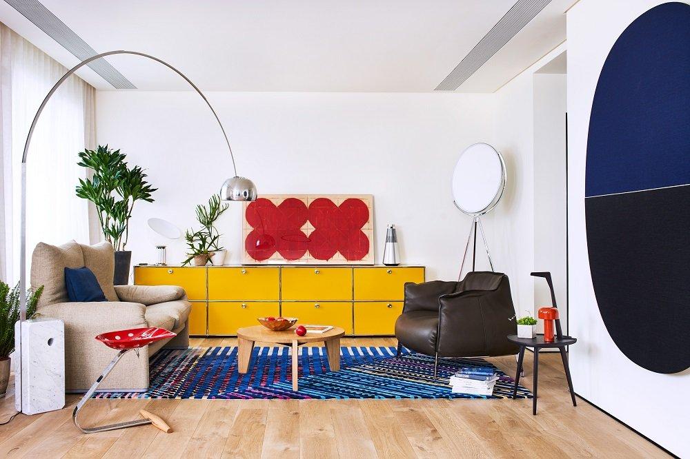 简约时髦,为有趣而生。空间大量使用了红黄蓝三原色的搭配