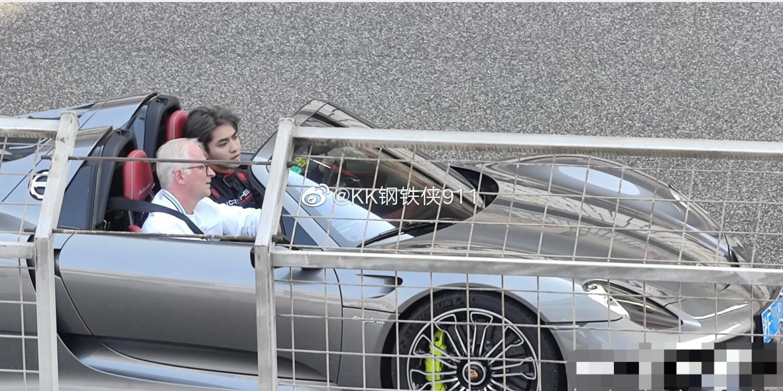 今日上海赛车场,吴亦凡和保时捷CEO乘坐的这台保时捷918 spyder