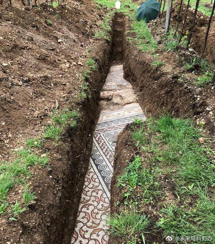 昨天,考古学家在意大利维罗纳挖出了罗马时期的马赛克地板