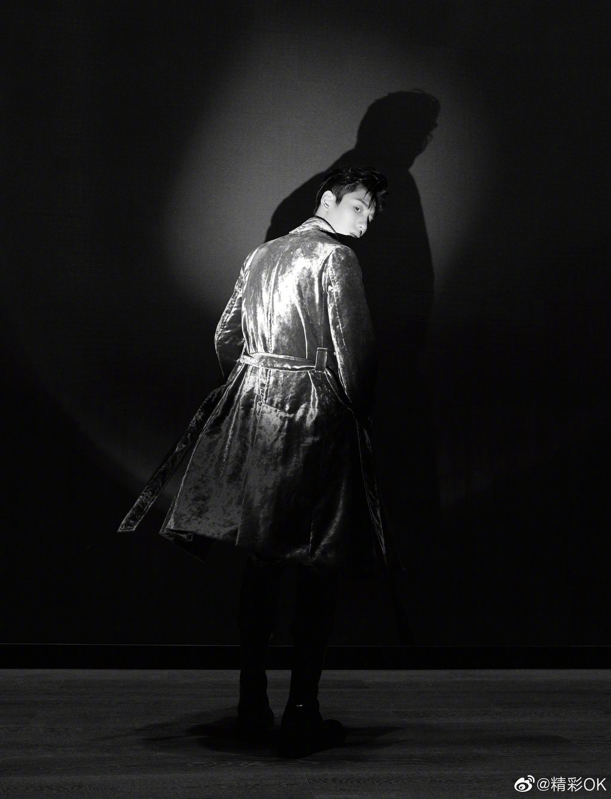 首穿Ann Demeuleemester法国秀款大衣现身晚会,银丝绒大衣优雅矜贵