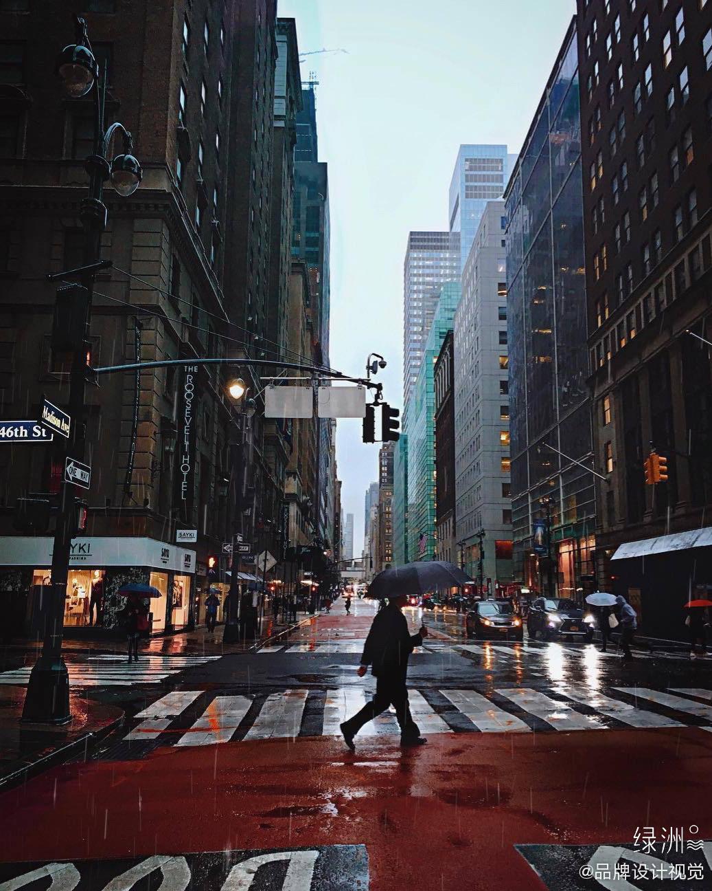 雨天忙碌的路人,穿梭在人群来来回回